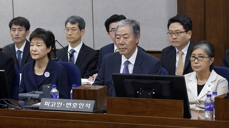 بالصور.. رئيسة كوريا الجنوبية السابقة تمثل أمام المحكمة وهي مقيدة اليدين