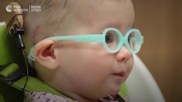 مشاهد مؤثرة لطفلة تسمع صوت والدتها للمرة الأولى