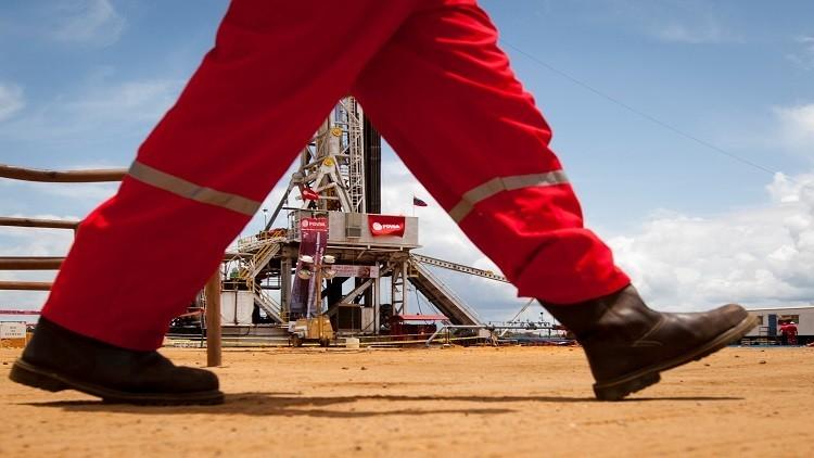النفط يهبط رغم قرار أوبك تمديد اتفاق خفض الإنتاج
