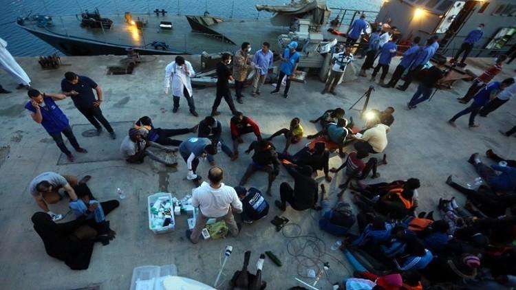 إنقاذ 77 مهاجرا بعد تشبثهم بقاربهم الغارق ليومين