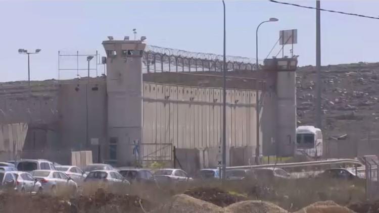 الأسرى الفلسطينيون يعلقون إضرابهم
