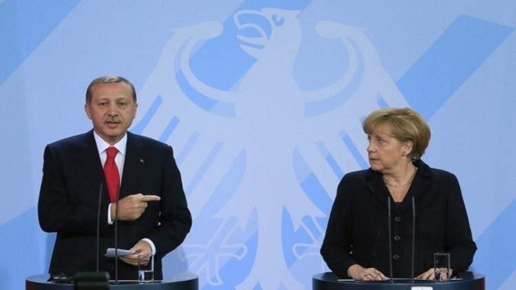 أردوغان يلوم ميركل على منح اللجوء لمتورطين في الانقلاب