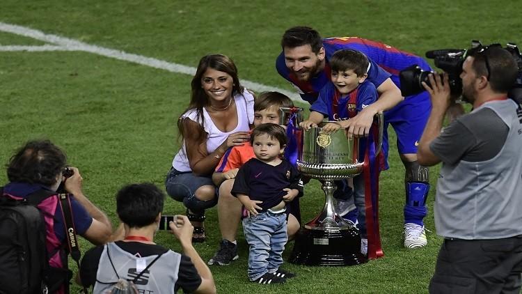 بالصور.. عائلات نجوم برشلونة تشاركهم الاحتفال بكأس الملك