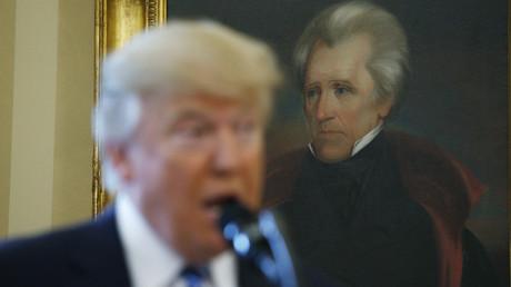 الرئيس الأمريكي دونالد ترامب أمام لوحة أندرو جاكسون