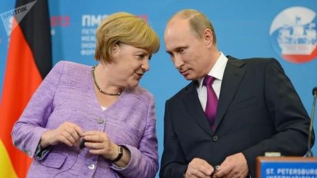 الرئيس الروسي فلاديمير بوتين والمستشارة الألمانية أنغيلا ميركل (صورة أرشيفية)