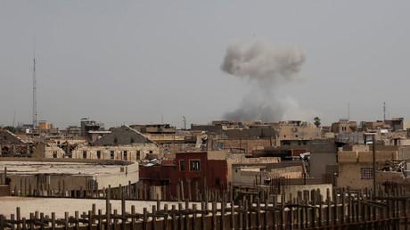 الدخان يتصاعد بعد قصف مناطق غرب الموصل