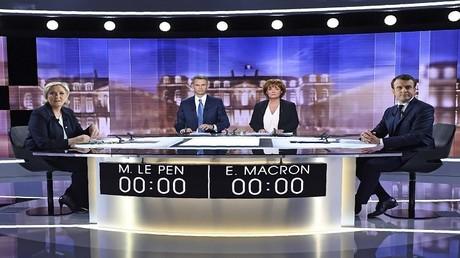 مارين لوبان وايمانويل ماكرون في مناظرة تلفزيونية، باريس 3 مايو 2017
