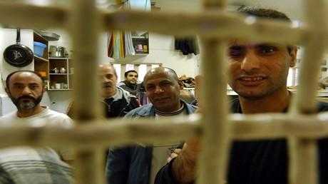 أرشيف - أسرى فلسطينيون في سجن هاشيكما في مدينة عسقلان