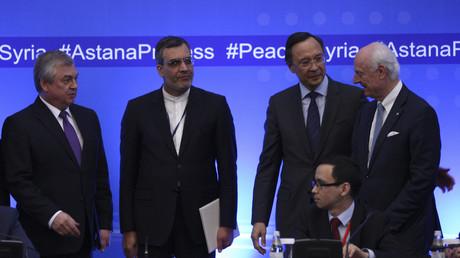 ممثلو الدول الضامنة ودي ميستورا خلال مفاوضات أستانا