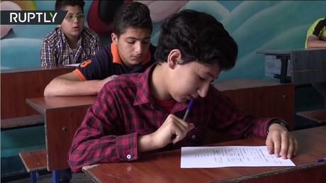 أطفال في حلب يقدمون امتحانا في اللغة الروسية