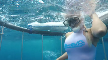 الممثلة الأمريكية مولي كافالي أثناء تصويرها لقطات تحت الماء