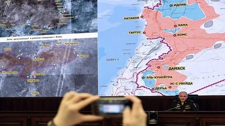 مؤتمر صحفي لهيئة الدفاع الروسية حول الوضع في سوريا، ويظهر في الخلفية خريطة مناطق خفض التصعيد في سوريا _ موسكو، 5 مايو 2017