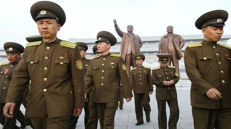 جنود كوريون شماليون أمام التماثيل البرونزية لمؤسس كوريا الشمالية الراحل كيم ايل سونغ والزعيم الراحل كيم جونغ ايل في مانسودي في بيونغيانغ