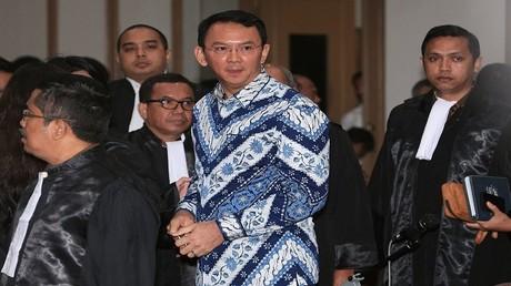 حاكم جاكرتا باسوكي تيهاجا بورناما داخل المحكمة خلال محاكمته بتهمة التجديف في جاكرتا، إندونيسيا 9 مايو 2017
