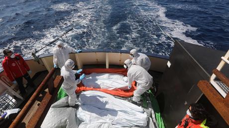 عملية نقل جثث المهاجرين الغرقى أثناء محاولة الوصول إلى أوروبا عبر المتوسط