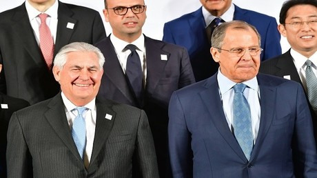 لافروف وتيلرسون يقفان في الصف الأول معا خلال صورة جماعية لاجتماع وزراء خارجية مجموعة العشرين في 16 فبراير 2017 في بون، ألمانيا.