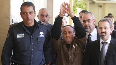 مروان البرغوثي، بصحبة حراس السجون الإسرائيليين بعد النطق بالحكم، القدس 25/1/2012