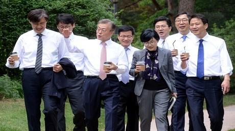 رئيس كوريا الجنوبية مون جيه إن في جولة مع كبار معاونيه
