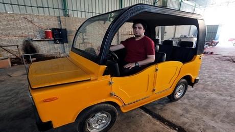 """مصري يصمم عربة منافسة لـ """"التوك توك"""""""