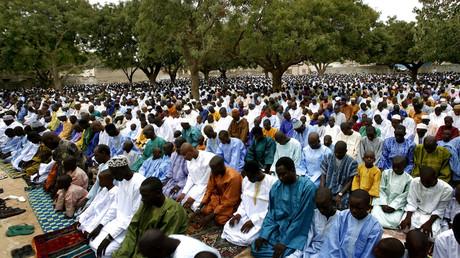 مسلمون سنغاليون يقيمون الصلاة في أحد جوامع العاصمة دكار - أرشيف