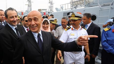 وزير الداخلية الإيطالي، ماركو مينيتي، أثناء تسليم الزوارق إلى الحكومة الليبية في طرابلس