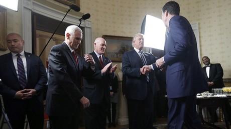 ترامب يصافح كومي في البيت الأبيض، 22/01/2017