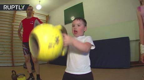 طفل من سيبيريا يستعرض قوته لا تصدق