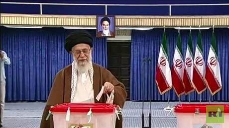 خامنئي وروحاني يدليان بصوتيهما في الانتخابات الرئاسية الإيرانية