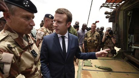 الرئيس الفرنسي إيمانويل ماكرون يزور القاعدة الفرنسية في مدينة غاو شمال مالي
