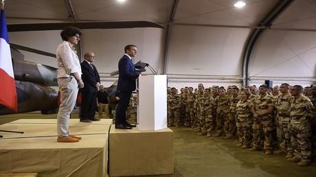 الرئيس الفرنسي إيمانويل ماكرون يلقي كلمة أمام عسكريين فرنسيين بمدينة جاو في مالي 19 مايو 2017