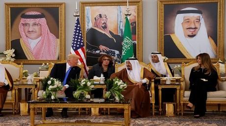الملك سلمان يستقبل ترامب في مطار الرياض