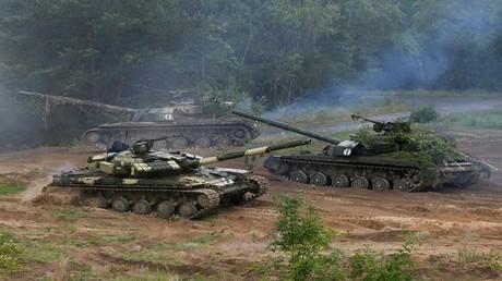 أرشيف - دبابات T-64 أوكرانية أثناء تدريبات