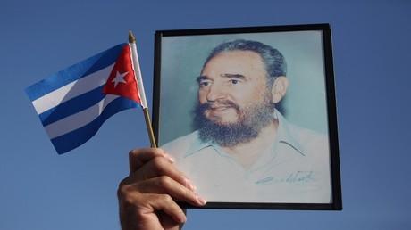 علم كوبا وصورة للرئيس الكوبي الراحل فيديل كاسترو