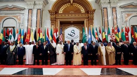 صورة جماعية للقادة المشاركين في القمة الإسلامية - الأمريكية بالرياض