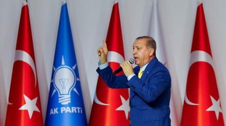 """الرئيس التركي رجب طيب أردوغان يلقي كلمة خلال مؤتمر لحزب """"العدالة والتنمية"""" في أنقرة، 21/5/2017"""