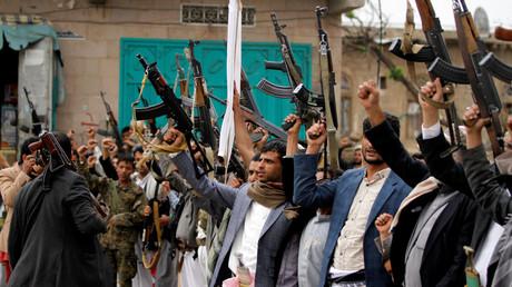 مسلحون حوثيون يحتجون في صنعا على تمديد الرئيس عبد ربه منصور هادي حالة الطوارئ في اليمن، 11/5/2017