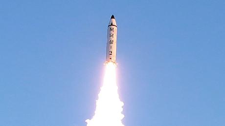 """كوريا الشمالية تطلق صاروخا باليستيا من طراز """"بوكغوكسونغ-2"""" (13 فبراير/شباط 2017)."""