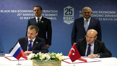 موسكو وأنقرة توقعان بيانا مشتركا لرفع القيود التجارية