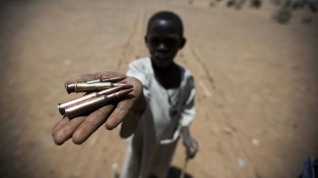 طفل يظهر رصاصا في منطقة دارفور (صورة أرشيفية من العام 2011).