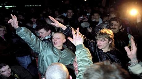 صورة أرشفية لنازيين جدد في ألمانيا عام 1990