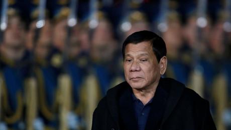الرئيس الفلبيني، رودريغو دوتيرتي، خلال وصوله إلى روسيا.