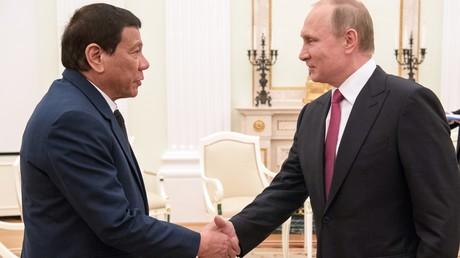 الرئيس الفلبيني، رودريغو دوتيرتي، خلال لقائه الرئيس الروسي، فلاديمير بوتين، في موسكو.