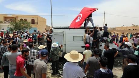 تشييع جثمان متظاهر قتل عن طريق الخطأ