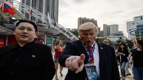 أشخاص يمثلون دور الرئيسين الأمريكي ترامب والكوري الشمالي كيم جونغ أون