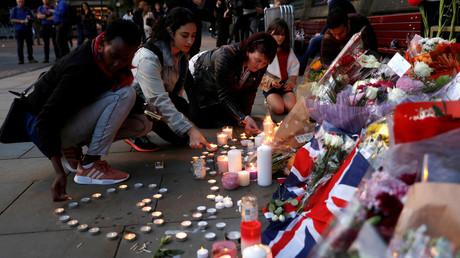 المواطنون في مانشستر يضعون الشموع تخليدا لأرواح ضحايا العمل الأرهابي