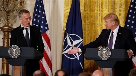 الرئيس الأمريكي دونالد ترامب والأمين العام لحلف شمال الأطلسي ينس ستولتنبيرغ (صورة أرشيفية)