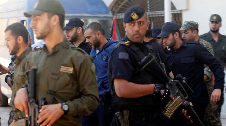 الأمن في غزة يقتاد المدانين في قتل القيادي في حماس مازن فقهاء