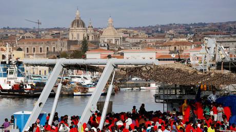 سفينة تقل مهاجرين في صقلية الإيطالية