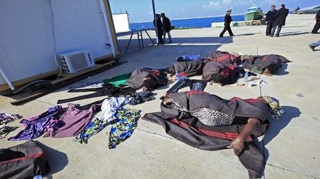 أرشيف - مهاجرون أفارقة يفترشون الطرقات في ليبيا