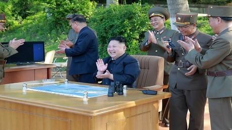 صورة صادرة عن وكالة الأنباء الرسمية الكورية الشمالية يظهر فيها كيم جونغ أون في أثناء اختبار إطلاق صاروخ باليستي متوسط المدى